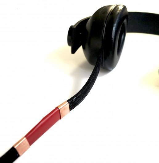 Un casque avec des câbles tactiles