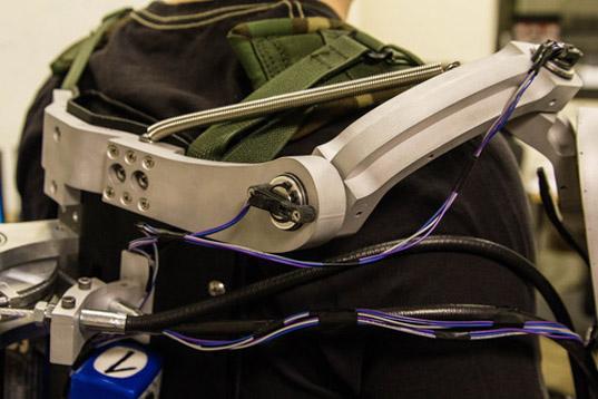 L'exosquelette Titan Arm augmente votre force musculaire